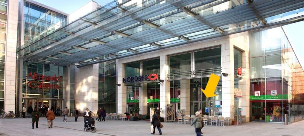 Eingang Altmarkt-Galerie mit Hinweis
